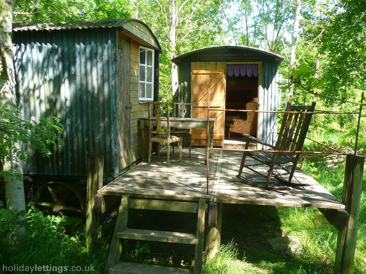 2 bedroom shepherds hut in Cirencester to rent from £100 pw. With balcony/terrace and log fire.