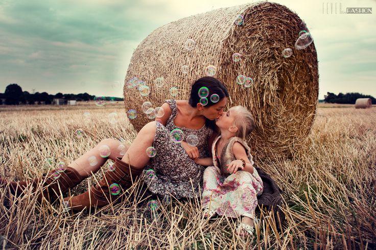Sesja rodzinna  staje się dla nas ważna w momencie, gdy pojawia się nowy członek rodziny. Pełne emocji chwile, w której oczekuje się maleństwa, jego pierwsze kroki, uśmiech i to jak dorasta, są warte uchwycenia. Fotografia jest idealną możliwością, by ten czas zapamiętać na zawsze.