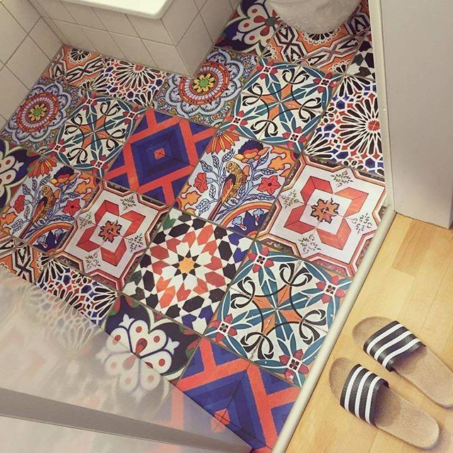 Fliesenaufkleber Fur Den Boden So Schnell Werden Die Kacheln Im Badezimmer Bunt Diy Fliesenaufkleber Fliesenaufkleber Boden Bodenbelag Fur Badezimmer