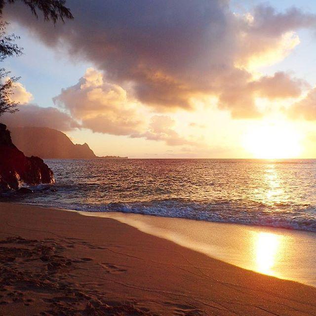 Dreaming of those gorgeous Hawaiian sunsets  • • • • #sunset #hawaii #hawaiilife #coupletravel #beautiful #exploretheworld #travelgram #ocean #beautifulsunset #aworldwithyou #mondayfeels #nofilterneeded