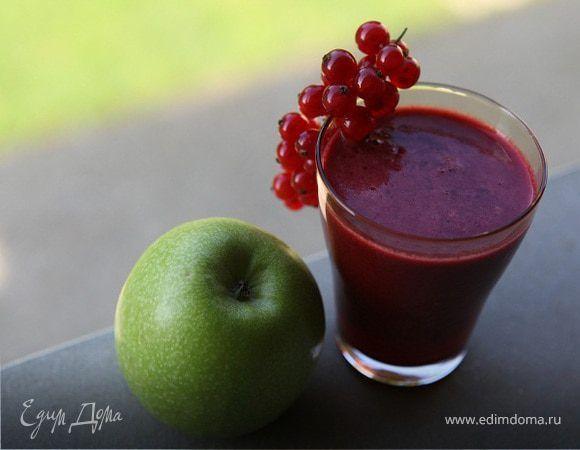 Яблочный сок с ягодами . Ингредиенты: яблоки зеленые, ягоды