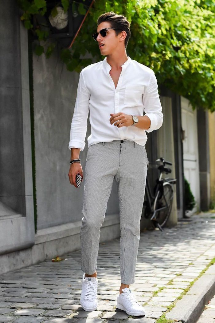 381718fd7462a tenue mariage homme invité décontracté été avec pantalon costume gris  chemise blanche et basket blanches