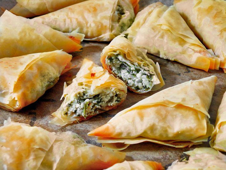 Szpanakopita, görög spenótos háromszögpita. Imádott Görögországomhoz nekem ugyanúgy hozzátartozik a spenótos pita, mint a görög saláta és a retszina bor. Ez az a péksütemény, amit náluk úton, útfélen lehet kapni; tízórai gyorssegély, ha kimaradt a reggeli, de a forróságban még könnyű ebédnek is tökéletes, ΚΑΛΗ ΟΡΕΞΗ! Hozzávalók és recept: http://kertkonyha.blog.hu/2014/08/02/gorog_spenotos_haromszogpita_szpanakopita
