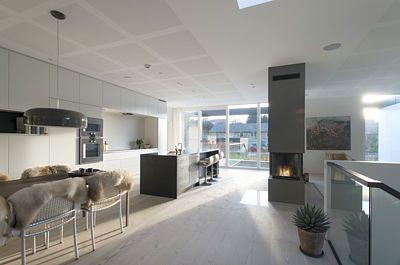 Interiér domu je bohatě prosvětlen díky hodně otevřené čelní straně.