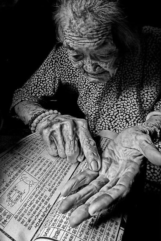 Hands that tell a story, fortune teller, wrinkles, Chinese, woman, horoscope, Chinese zodiak, astrology, newspaper, anomie, elder,