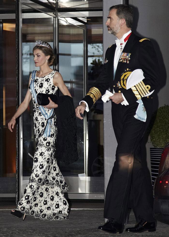 Doña Letizia estrena la tiara que le regaló don Felipe en su primera gran cita real como soberana