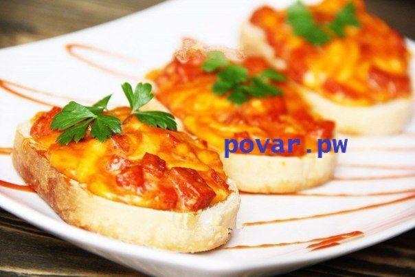 Горячие бутерброды с колбасой, сыром и яйцом.  Горячие бутерброды можно приготовить на завтрак, для пикника или сытного перекуса. Сегодня предлагаю горячие бутерброды с колбасой, сыром и яйцом. Они так просто готовятся, что сделать их сможет даже школьник. А получаются такими вкусными и аппетитными, что их иногда даже называют мини пиццей. Запечь бутерброды можно в духовке, микроволновой печи или на сковороде.  Для приготовления горячих бутербродов с колбасой, сыром и яйцом нам потребуется…