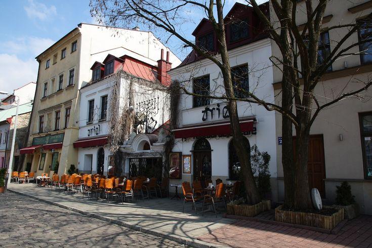 KAZIMIERZ es el barrio judío de uno de los lugares de Cracovia. Tiene un estilo con mezclas de cultura católica, judía y una pequeña marca de lo que dejo el holocausto en varios puntos de este barrio. Muchos monumentos arquitectonicos judios, sinagogas, edificios industriales, etc