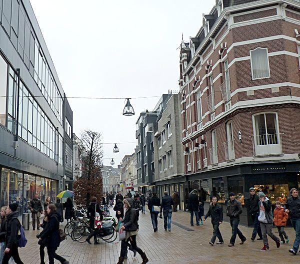 Willem-II-straat-2011. We zien hier de Willem II straat gezien vanaf de Heuvelstraat. Rechst op de hoek zit nu Juwelier Pijnenburg. Toen was het dus een kapperszaak. Iets verder net voor de NWE Vorst zijn de bomen zichtbaar die in de tuin van Bogaers stonden.