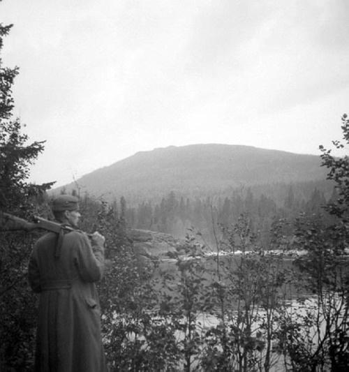 Finnish soldier with Suomi M31 sub-machinegun in typical Karelian landscape.