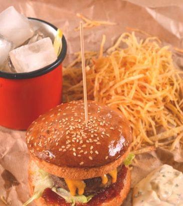 Αλείφουμε το κάθε μισό ρολάκι. με λίγη από τη ρεμουλάντ. Τοποθετούμε το κάτω μισό από κάθε ρολάκι στην επιφάνεια εργασίας και σκεπάζουμε με το burger. Προσθέτουμε τη μαρμελάδα ντομάτας επάνω στο burger και καλύπτουμε με το iceberg. Σκεπάζουμε με το πάνω μισό από το ρολάκι.