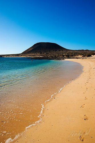 Playa y Volcán en La Graciosa - Islas Canarias