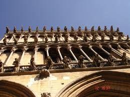 Galería de gárgolas en la iglesia de Notre-Dame, Dijon, Francia