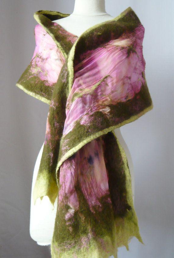 Nuno fieltro bufanda de seda, bufanda, gasa de seda larga y fieltro de lana bufanda - color de rosa caliente y caqui verde (jardín de rosas de verano)