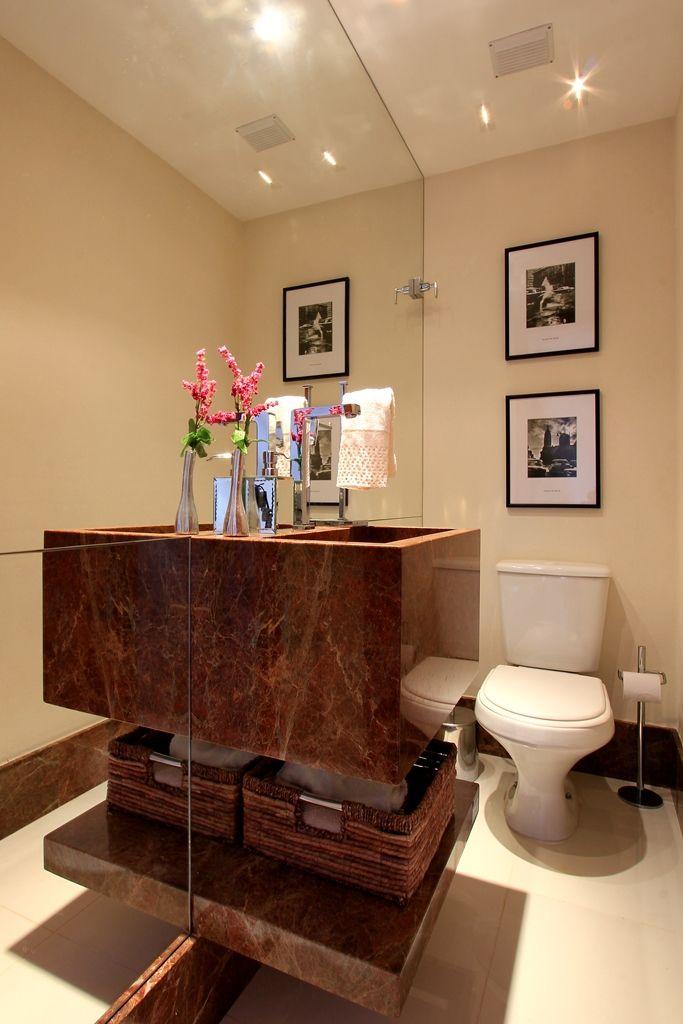 Lavabo - Bancada com cuba moldada em mármore Marrom imperial. Utilizamos o espelho por ser um espaço pequeno e este dar uma sensação de amplitude. Por OCARQUITETURA
