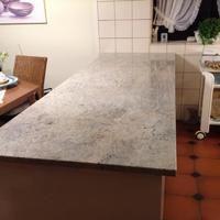 Lieferung der Granit Küchenarbeitsplatte, Premium Material Cielo Ivory in 3 cm Stärke inkl. Kantenbearbeitung. Die Oberfläche der Arbeitsplatte ist poliert.