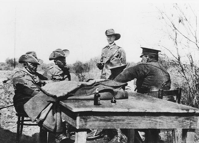 Treffen der deutschen Abordnung mit General Botha am Kilometer 500 vor der Unterzeichnung der Kapitulation.