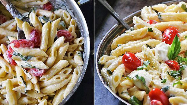 Receptů na těstoviny není nikdy dost :) Připravte si tyto svěží těstoviny s rajčaty, mozzarellou a hromadou bazalky!