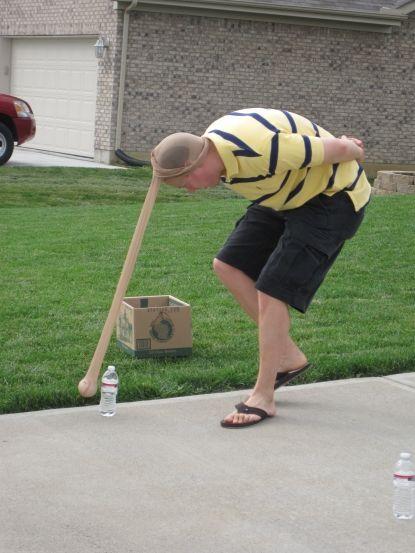 Elefantens match Her på bloggen Countingmykisses har jeg fundet en rigtig sjov festleg. Alt hvad den kræver af udstyr er nylonstrømper, tennisbolde og noget der kan væltes. Så er det ellers bare om, a
