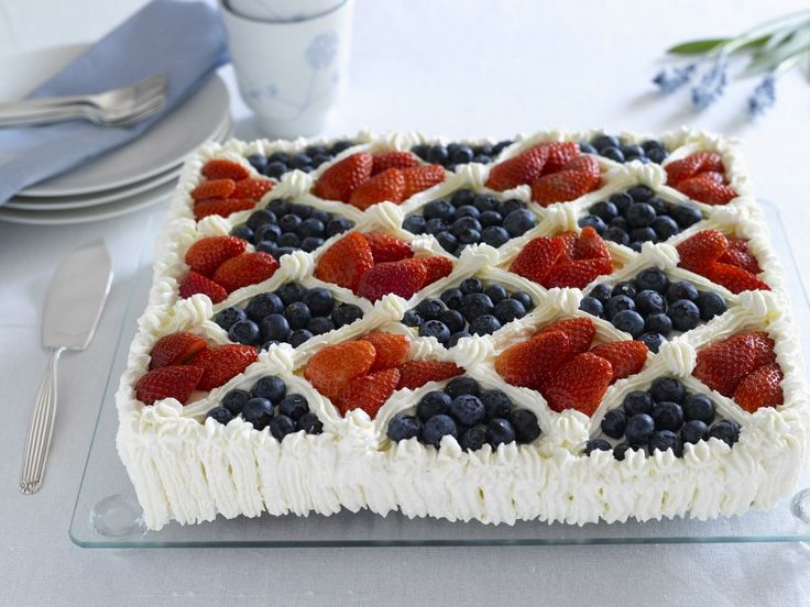 Stor og saftig bløtkake med saftig sukkerbrød. Pyntes med krem og ferske bær i det norske flaggets farger. Hurra!