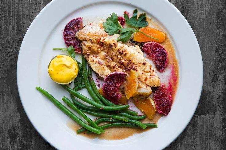 """Ta fiskemiddagen til et nytt nivå og server fiskefileten aromatisk krydret med chili og spisskummen sammen med sesongens appelsiner og en aioli smaksatt med safran. Oppskrift på safranaioli finner du<a href=""""http://aichasmat.no/reker-med-safranaioli/""""> her</a>..."""