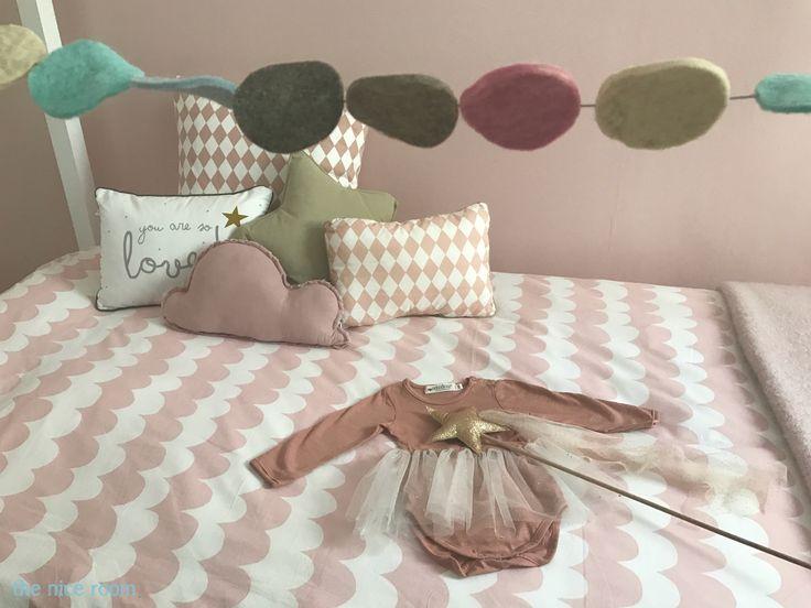 Decoración con cojines para habitación de niña by the nice room