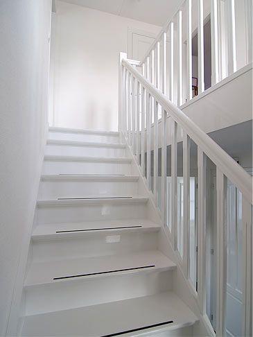 25 beste idee n over geschilderde leuning op pinterest leuning verbouwen trapleuningen en - Witte trap grijs ...