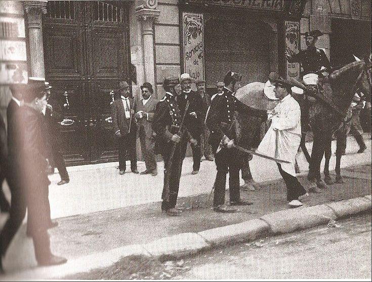 En esta imagen se puede ver la represión del bando obrero por parte de la policía durante la Semana Trágica. Se conoce con el nombre deSemana Trágicaa los sucesos acaecidos enBarcelonay otras ciudades deCataluña entre el26 de julioy el2 de agosto agostode1909. El desencadenante de estos violentos acontecimientos fue el decreto del gobierno deMaurade enviar tropas de reserva a las posesiones españolas en Marruecos, en ese momento muy inestable. Los sindicatos convocaron una huelga.