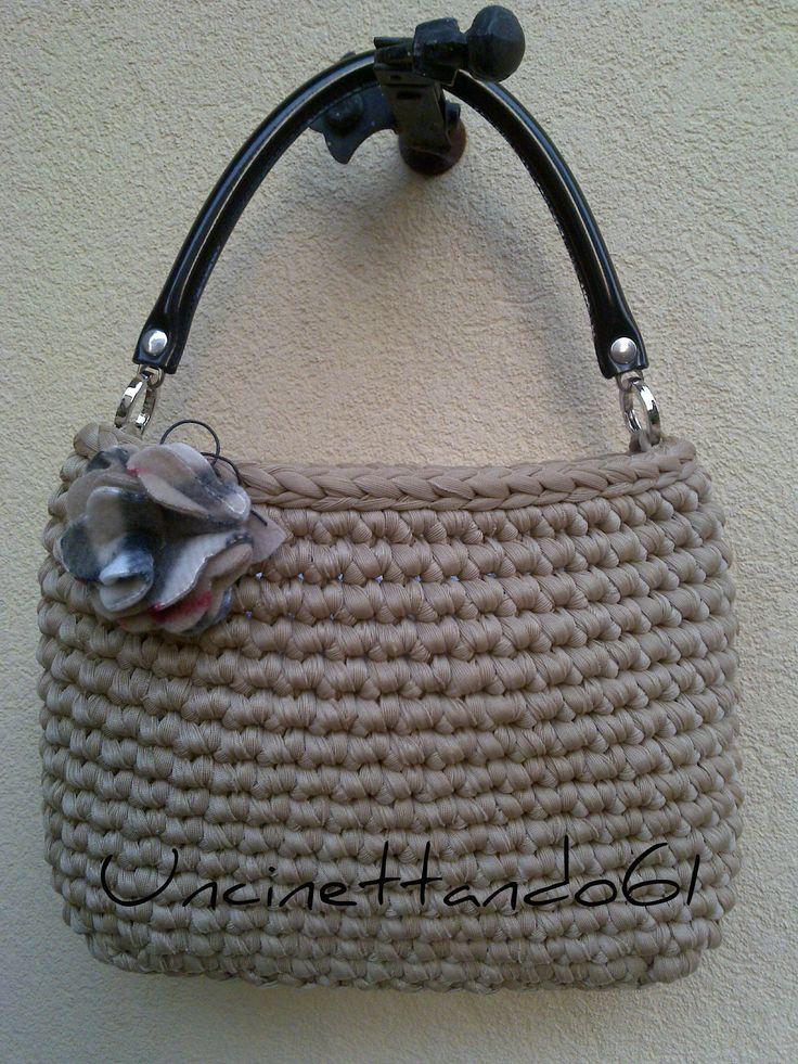 borsa in fettuccia di lycra color cammello con manico in pelle nera e spilla in feltro stampa Burberry