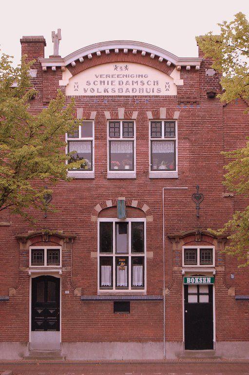 Het vroegere volksbadhuis maar al vele jaren een boksschool onder leiding van wim de haan