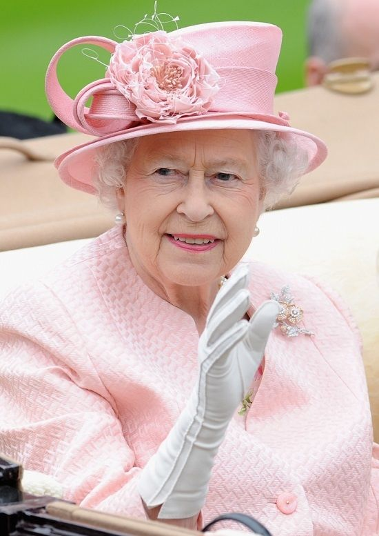 DAY 36 IF I COULD HAVE TEA WITH ANY PERSON IN THE WORLD WHO WOULD IT BE... THE ROYAL QUEEN