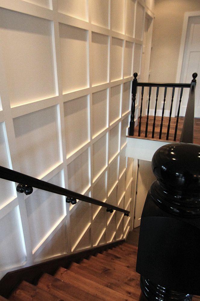 cage d'escalier, marches, mur à relief, garde corps