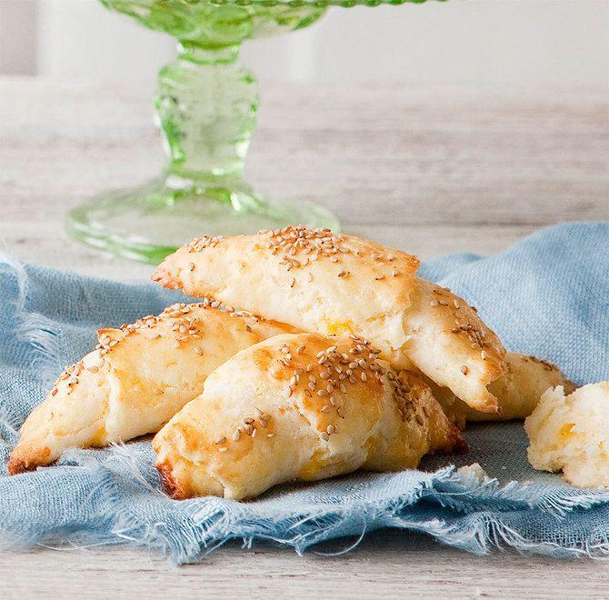 Gluteenittomat juustosarvet maistuvat parhaiten heti uunista tultuaan.