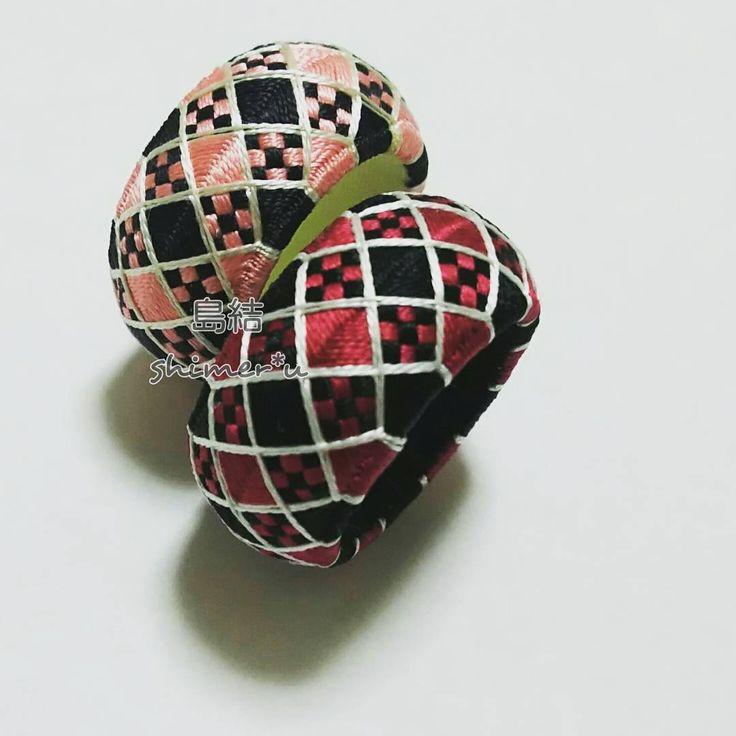 勝手に @tsukino.senzaki さんの真似をさせていただいて、土台にクリアファイルを使ってみました。 #友人からのオーダー品 #携帯ストラップに加工予定 #市松 #くまちゃんゆびぬきの色違い #今日のゆびぬき #加賀ゆびぬき #thimble #都羽根 #絹糸 #silk #handmade #japan