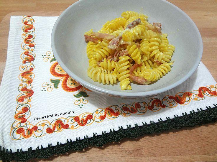 Ricetta pasta speck stracchino e zafferano velocissima. Ecco laricettaper preparare un primo piattosempliceeveloce.