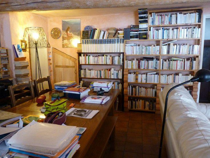 Bienvenue chez moi. Ce n'est pas très bien rangé mais vous pouvez vous installer...prendre un livre.