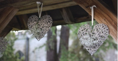 Ideas románticas para decorar una boda | Preparar tu boda es facilisimo.com: Willow Heart, Woodlandwedding Willowhearts, Wicker Heart, Wedding Decorations, Wedding Ideas, Hanging Hearts, Wedding Flowers, Decoration Ideas, Willowhearts Wickerhearts