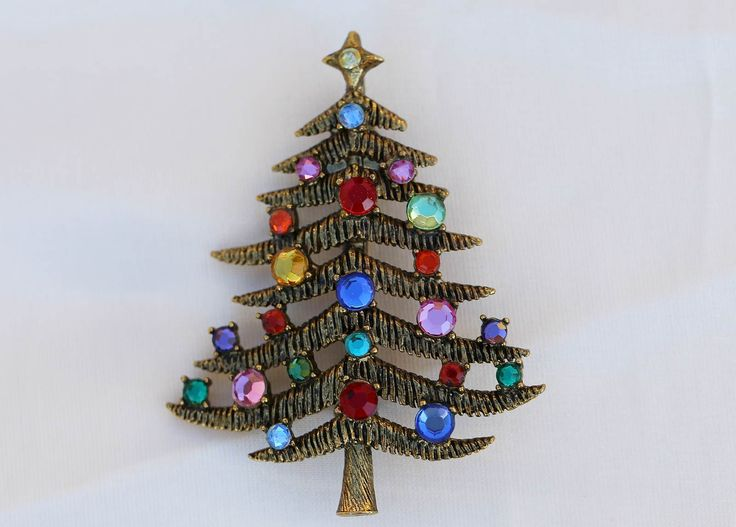 This beautiful Christmas tree brooch / pin by HOLLYCRAFT is very scarce on the market and therefore its market value is higher than the book value (usually it is other way round). The current market price is approx. NZ$120.