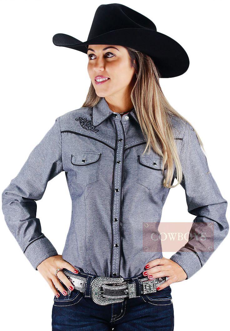 Camisa Manga Longa Feminina Cinza Cowgirl Up   Camisa feminina com manga longa na cor cinza com detalhes nas cor preta e costura branca. Possui bordados na parte da frente e costas, além de apliques de taxas brilhantes. Fechamento botão pressão. Camisa importada da marca Cowgirl Up, possui fino acabamento. É uma camisa ideal para mulheres que gostam de cavalos e do estilo country. Pode ser utilizada no dia a dia ou para sair em uma festa.