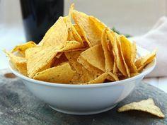 1 hrnek kukuřičné mouky, 1 hrnek hladké mouky, 1/2 sáčku kypřicího prášku do pečiva, 2 lžíce másla, mletý pepř, sůl, ½ lžičky chilli, olivový olej (nebo olej na smažení)