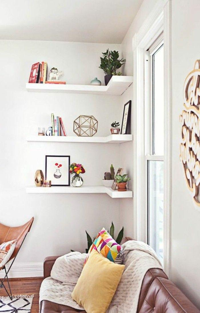 Des étagères d'angle pour sublimer les recoins du salon.