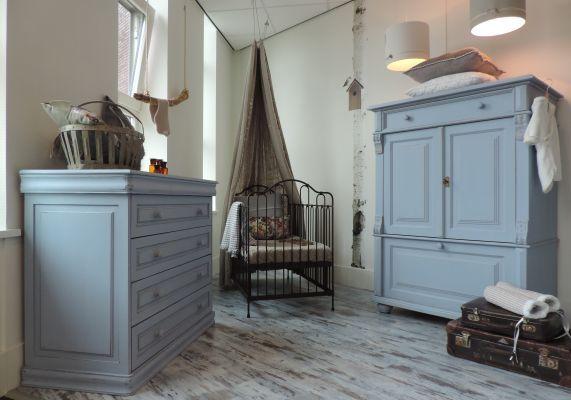 Brocante babykamer in lavendel met bronskleurig gietijzeren ledikant. www.nieuwedromen.nl