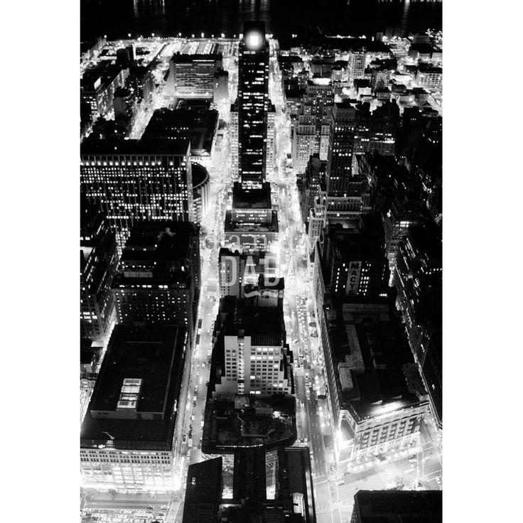 """Empire View L'opera """"Empire View"""" di Francesco Nencini appartiene alla collezione """"Let There Be Neoon"""". Guardare le luci di New York dall'Empire State Building ci rende capaci di volare e ci fa sentire anche un po' King Kong. New York, 1998."""