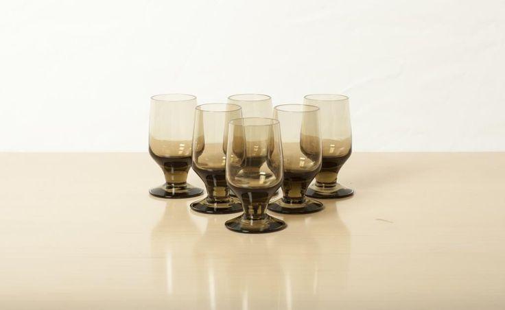 6 små brun/rökfärgade glas/snappsglas från 60 -talet på Tradera.com -