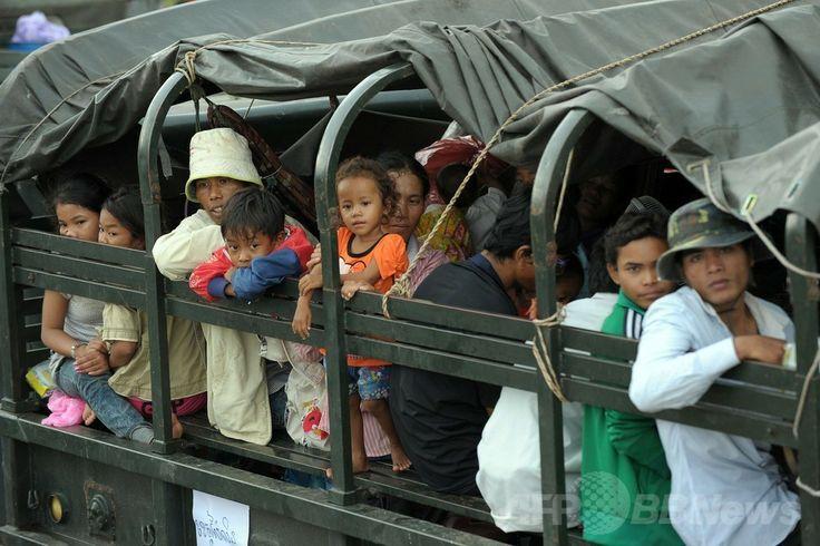 カンボジア北西部バンテイメンチェイ(Banteay Meanchey)州ポイペト(Poipet)で、軍用車両で故郷の町へ向かうタイから帰還したカンボジア人労働者たち(2014年6月18日撮影)(c)AFP/TANG CHHIN SOTHY ▼19Jun2014AFP|タイ出国のカンボジア人労働者、22万人に http://www.afpbb.com/articles/-/3018190