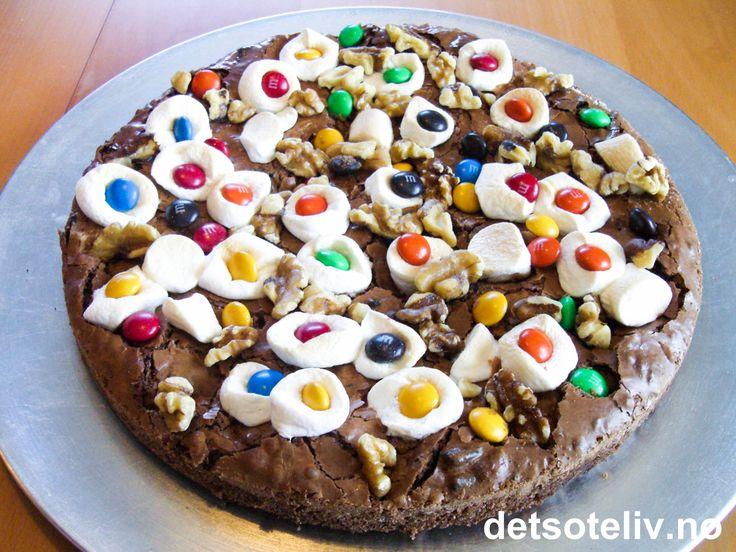 """""""Brownie Pizza"""" er en superdigg, amerikansk sjokoladekake med myk og deilig konsistens og KULT utseende!! Jeg tok med denne kaken i barnehagen her forleden - og gjett om jeg plutselig ble populær blant ungene....:-)"""