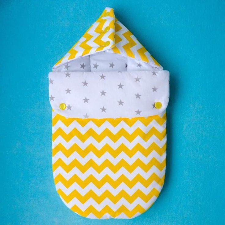 Эксклюзивный конверт новорожденному handmade Зигзаг для девочки выполнен вручную из натурального американского хлопка (флиса). Принт – яркий желтый зигзаг, капюшон на пуговичках, две удобные застежки – пуговички, наполнитель – синтепон. Конверт может быть выполнен из хлопка или фли