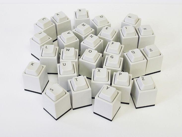 Design Roomの橘晃さんによる「key in」は、キーを打つように押印する印鑑。文字はアルファベットとEscから選べ、印面の文字、書体(楷書体、古印体、てん書体、行書体、丸ゴシック体、ポップ体)、インクの色を組み合わせ、オリジナルの印鑑が作れるのが嬉しい。プレゼントに最適1