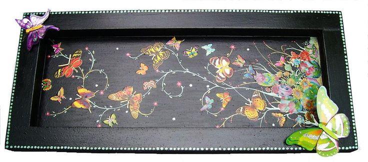 CLAF - Original Cuadro en 3D Mariposas (COD 553 - Cuadro) En madera MDF, pintada negra, barnizada. Diseño con adhesivos y pintados. Medidas: - Largo: 50 cm - Ancho: 22 cm Precio: $ 6.000 www.claf.cl