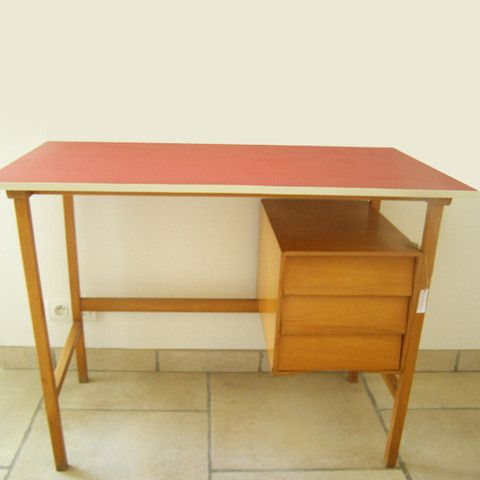 Bureau en bois clair et plateau rouge